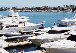 Je nach Vorliebe des Kapitäns - Motoryacht oder Segelboot